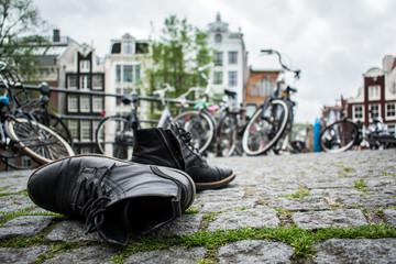 Schuhe auf einer Brücke