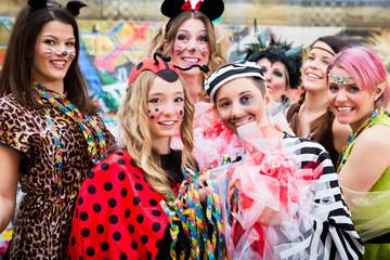 Verkleidete Kinder bei Rosenmontagszug im Karneval