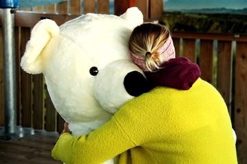 frau mit teddybär I