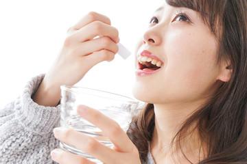粉薬を服用する女性