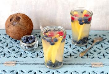 aromatisiertes Kokoswasser mit Mango, Blaubeeren und Himbeeren