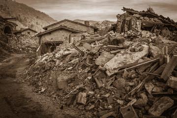 Macerie di un piccolo borgo di montagna distrutto dal terribile terremoto di Norcia