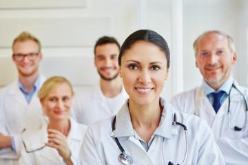 Frau als Ärztin mit ihrem Team