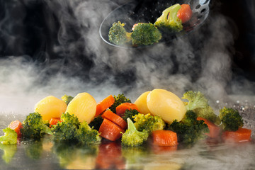Photo sur Plexiglas Assortiment Steamed vegetables on tray.
