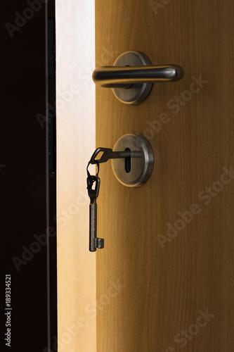 offene zimmert r schl ssel im schlo stockfotos und lizenzfreie bilder auf bild. Black Bedroom Furniture Sets. Home Design Ideas