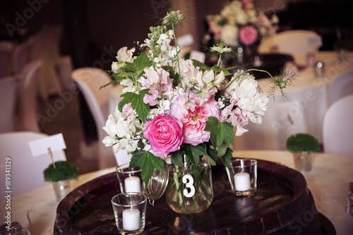 Decoration Florale De Style Champetre Sur Une Table De Reception De