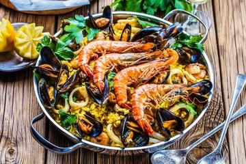 Frische Paella mit Meeresfrüchten