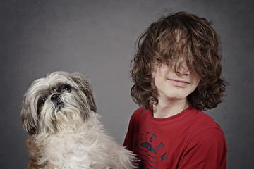 jeune adolescent garçon cheveux longs avec chien Shih Tzu
