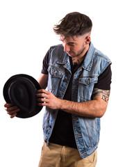 modelo masculino joven con sombrero sobre fondo blanco