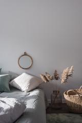 Lichtdurchflutetes Schlafzimmer mit Dekoration in Naturtönen