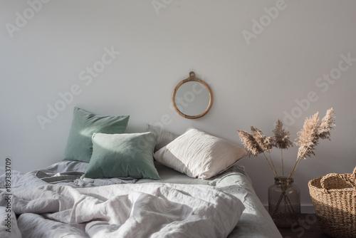 Schlafzimmer Mit Bett Und Spiegel An Der Wand Korb Und Dekoration