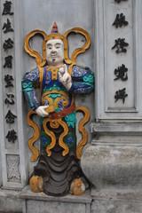 Buddhistische Wächterfigur vorm Tempel Chua Cau Dong
