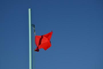 Warnung, rote Flagge am Strand