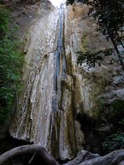 Rio y cascada en Jorox, aldea  de Alozaina, en la provincia de Málaga, Andalucía (España) situada en el valle del río y poblada desde el Paleolítico