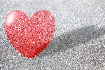 красивый фон красное сердце на фоне серебристых блесток