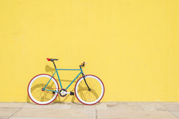Foto auf Leinwand Fahrrad A City bicycle fixed gear on yellow wall