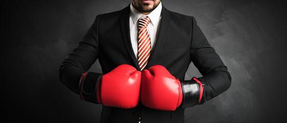Geschäftsmann boxt sich durch