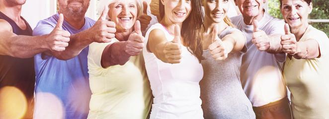 gemeinsam beim Sport trainieren Senioren und Junge Leute