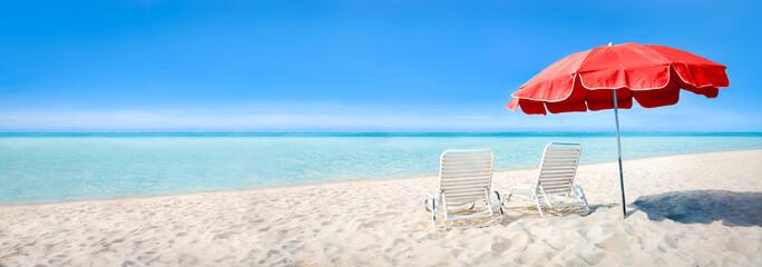 Wall Mural - Strand Panorama mit Liegestühlen und Sonnenschirm