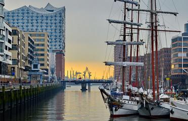 Hafencity mit Blick auf die Elbphilharmonie am Abend