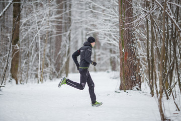 Picture from side of athlete on run in winter