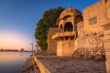 Fototapete - Gadi Sagar (Gadisar) lake Jaisalmer Rajasthan with ancient architecture at sunset