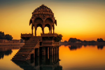 Fototapete - Gadi Sagar (Gadisar) lake Jaisalmer at dawn with ancient temples and architecture