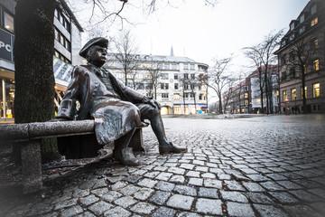 Skulptur eines ehemaligen Kieler Bürgermeisters am Asmus-Bremer-Platz in Kiel
