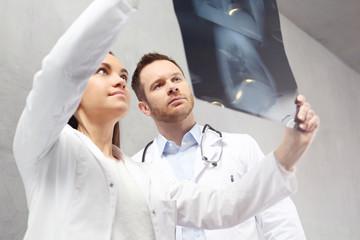 Pulmonolog, konsultacja medyczna . Lekarze oglądają zdjęcie rentgenowskie pacjenta.