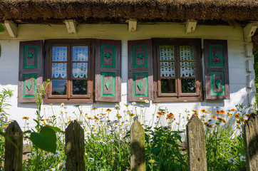 Okna starej chaty w skansenie w Maurzycach koło Łowicza