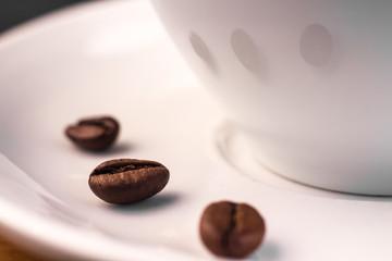 Kaffeebohnen auf der Untertasse