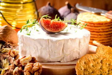 Camembert whole, figs, walnuts and biscuits.