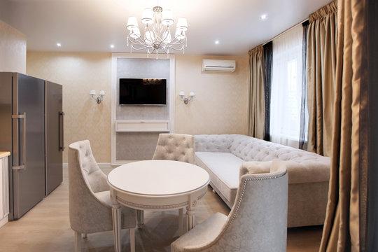 Столовая зона с телевизором и диваном - светлый, легкий интерьер