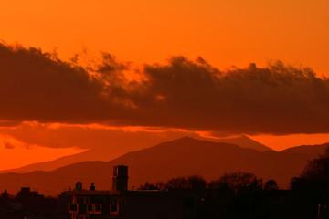 Photo sur Aluminium Rouge mauve 夕焼け/特別寒い冬の夕暮れ。綺麗な夕日とオレンジ色に染まります。