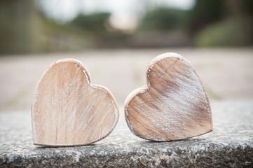 coeur en bois dans un jardin public