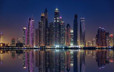Die einkaufsmetropole von Dubai am Abend, beleuchtet und angestrahl