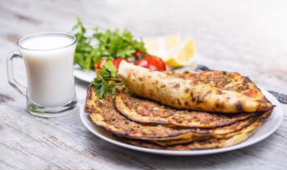 Türk mutfağından seçme yemeklerden Lahmacun