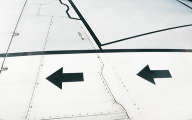 Pfeile und Linien auf einer Tragfläche