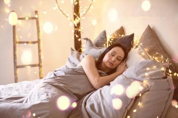 junge Frau im Haus beim Schlafen Ambiente