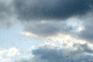 Regentropfen und Gewitter