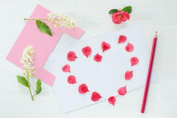 Karte mit Herz aus Blütenblätter