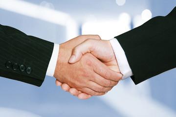 Zwei Männer geben sich erfolgreich die Hände nach Vertragsabschluss