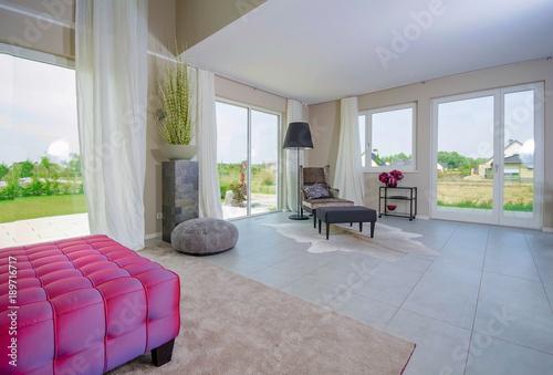 modernes grosses Wohnzimmer\