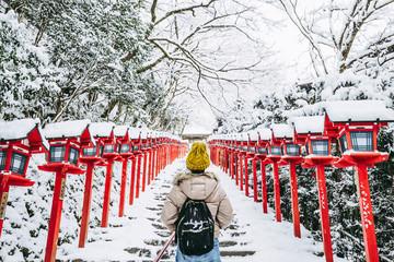 神社の雪景色と女性