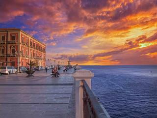 Taranto, Corso due mari con le isole Cheradi sullo sfondo - panorama al tramonto