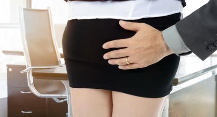 Sexuelle Belästigung - Mann greift Frau an Hintern - Metoo