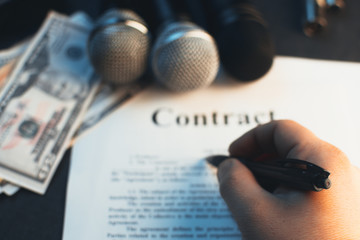 In the hand grip, fills in the contract between the producer and partner