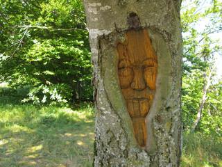 Holzskulptur im lebenden Baum