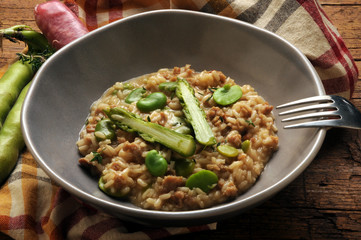 Risotto mit salsiccia asparagus e fava beans Cucina italiana イタリア料理 Cocina Italienische Küche المطبخ الإيطالي