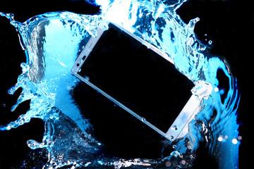 水の中に沈みゆくスマートフォン